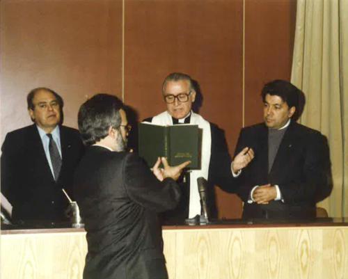 L'Arquebisbe Ricard Maria Carles beneeix el nou edifici del carrer Císter 34. 1990