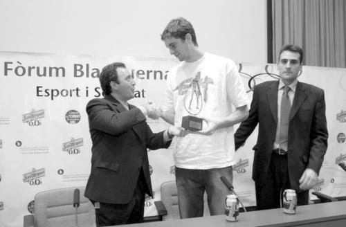 """Premi Blanquerna a la millor trajectòria esportiva"" a Pau Gasol. FPCEE. 2003"